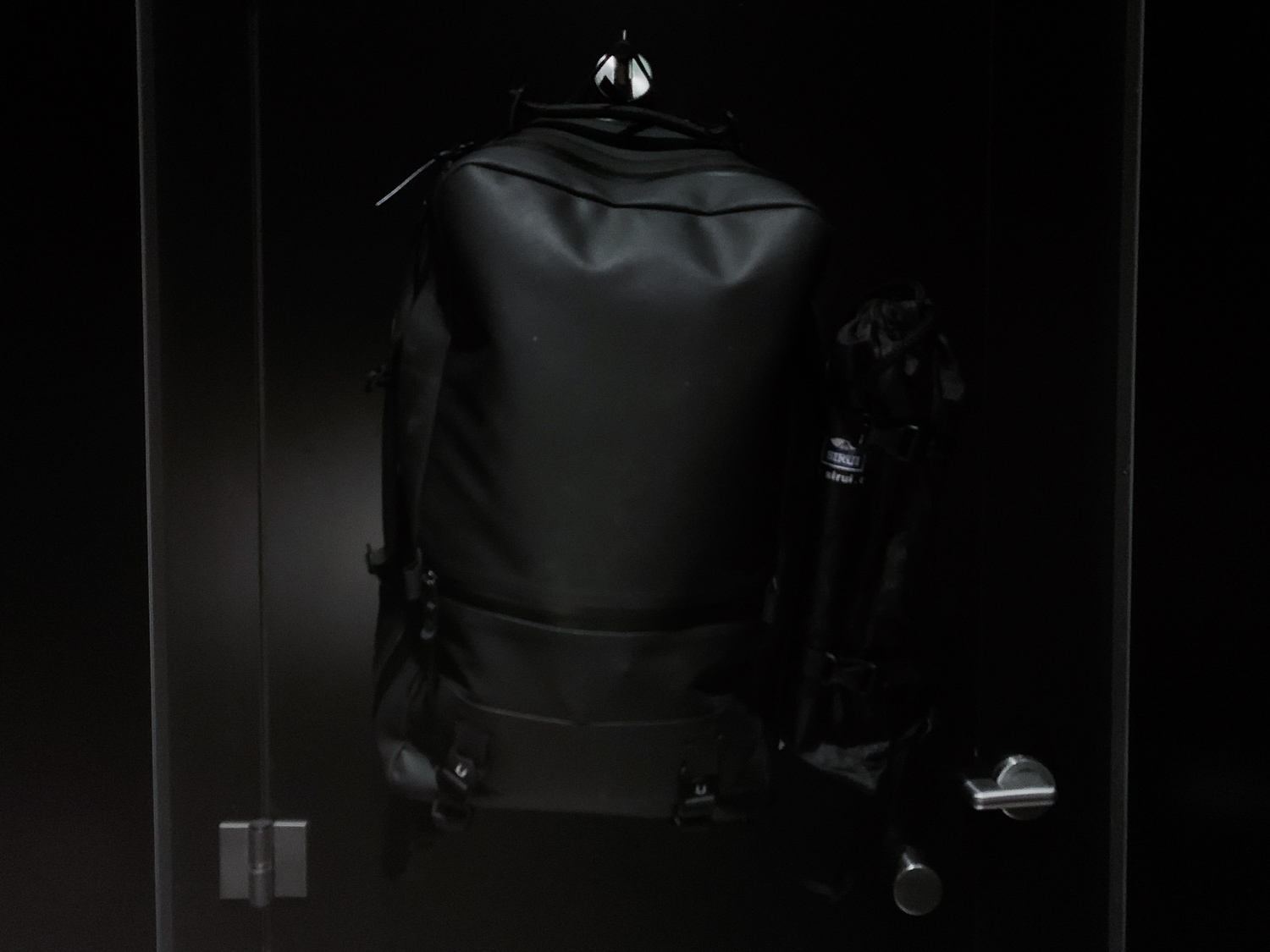 Even the tones are kept consistent on this black minimalist backpack.