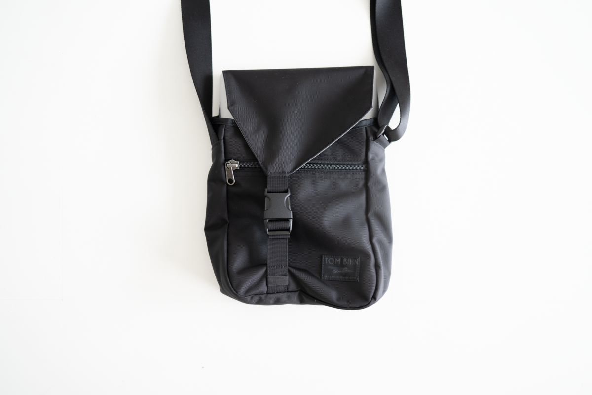 The small Cafe Bag with a 13-inch Macbook Pro.