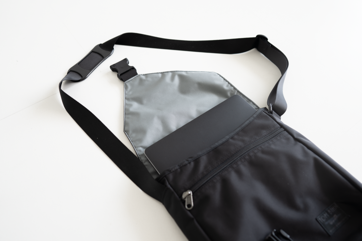 The medium Cafe Bags fits a 16-inch Macbook Pro.